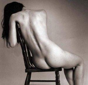 A mistificação sobre a resposta sexual feminina carece de aperfeiçoamento, pois muitos dados ainda mostram-se insatisfatoriamente explorados e esclarecidos, dificultando o prestígio da anatomia e fisiologia sexuais como primorosos, um fato consequente ao tabu social ou mesmo à falta de incentivo científico. Muitos textos mostraram-se repetitivos, o que confirma a existência de informações limitadas sobre o processo sexual da mulher. Surpreende o fato de um ato fisiológico, indispensável para a reprodução humana e existente desde o princípio da vida, ainda possa deixar dúvidas para a ciência, além de ser considerado um tema inoportuno para diálogo com os pais, filhos e sociedade no geral.Já que, culturalmente, a mulher tende a esconder suas disfunções sexuais, uma investigação direta e delicada deve ser aplicada durante a avaliação funcional do assoalho pélvico, através de um questionário criterioso, com perguntas direcionadas mais especificamente à prática sexual feminina. No que diz respeito ao papel da fisioterapia pélvica existe um consenso em relação aos exercícios de fortalecimento do períneo, que melhoram as disfunções sexuais e melhoram a performance da mulher durante o ato sexual entre outras condutas que o fisioterapeuta pélvico pode adotar.